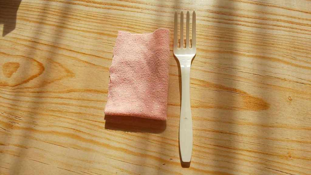 布とプラスチックのフォーク